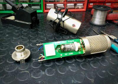 micrófono de válvulas desmontado
